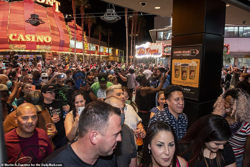 29218004-8391517-downtown_las_vegas_crowds_line_up_outside_the_d_casino_to_count_-a-75_1591364-jpg.9142
